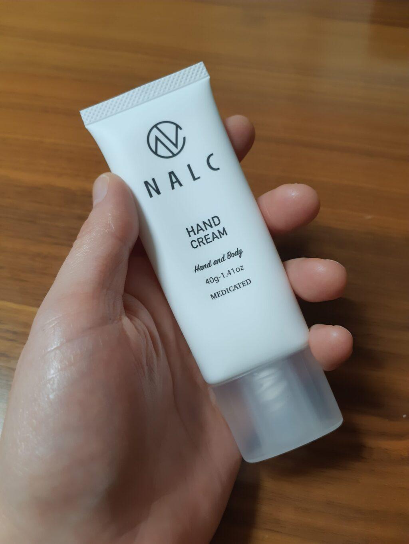 NALC(ナルク)のハンドクリームも手で持っている状態