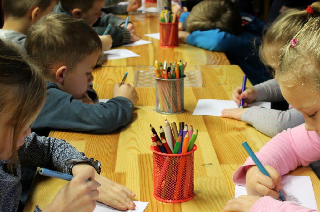 保育園で母の日の絵を書く様子