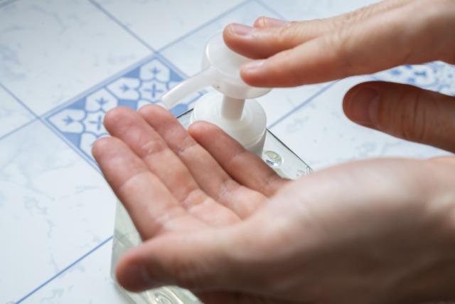 手指消毒をしているところ 手ピカジェルと手ピカジェルプラス