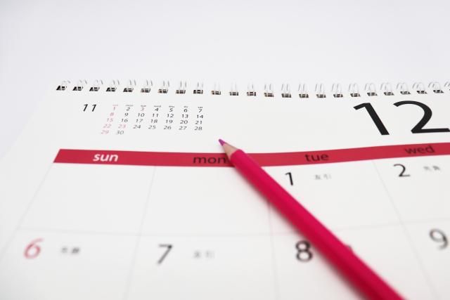 12月のカレンダーと鉛筆