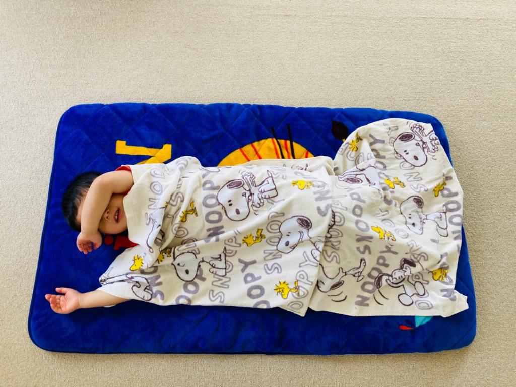 「70×140」サイズのバスタオルを広げて子供が掛けている状態