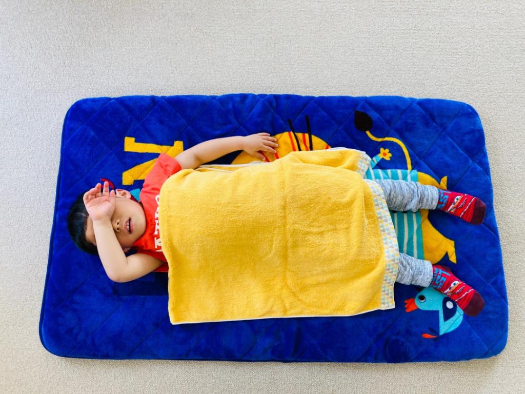 「60×120」サイズのバスタオルの二つ折りにして子供が掛けている状態