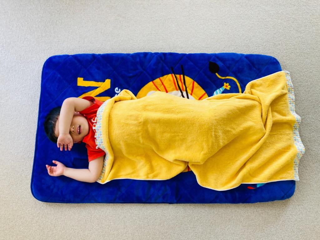 「60×120」サイズのバスタオルを広げて子供が掛けている状態