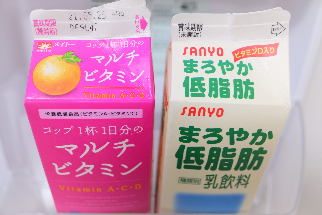 紙パック入りの2種類のジュース