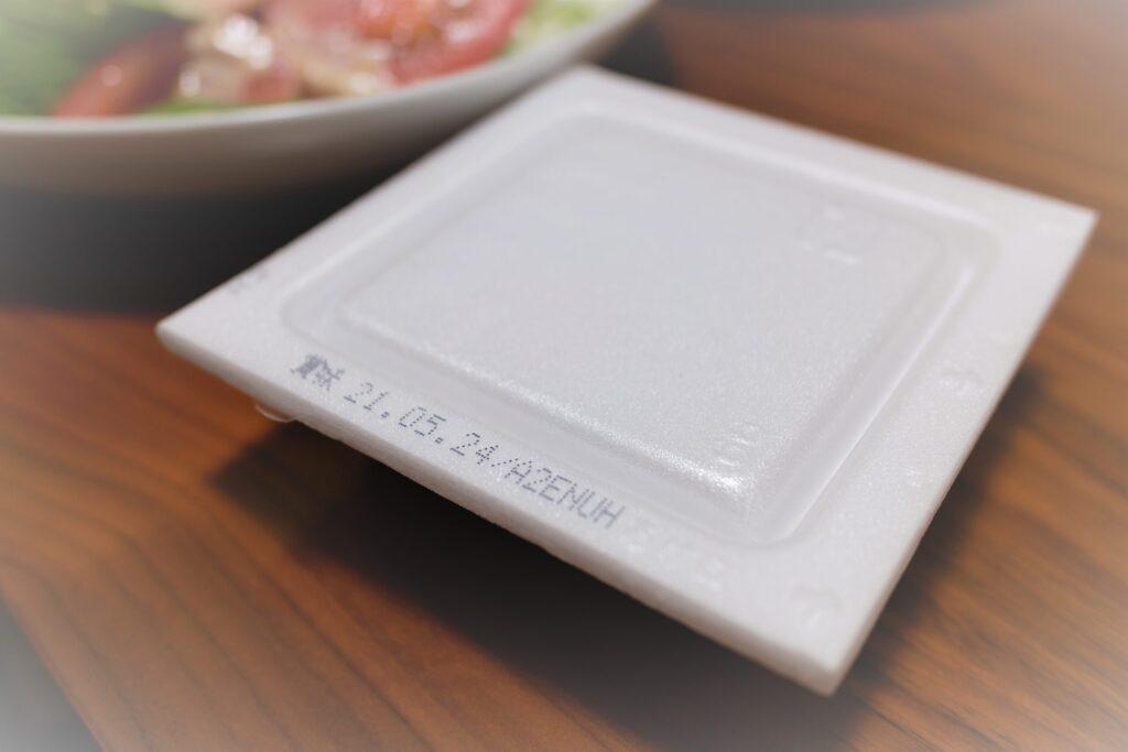 未回付の納豆をテーブルに置いた状態