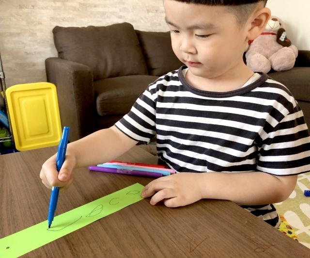 短冊に願い事を書く子供
