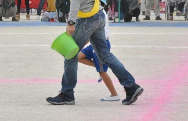 保育園の運動会の親子競技の様子
