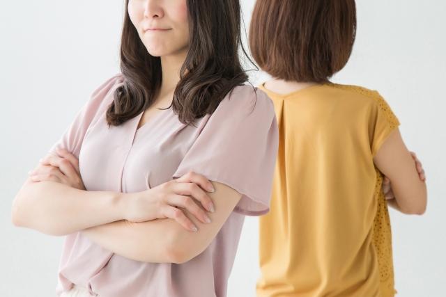 背中合わせで腕組みしているママ2人