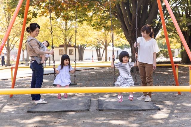 公園で遊ぶママ友と子ども