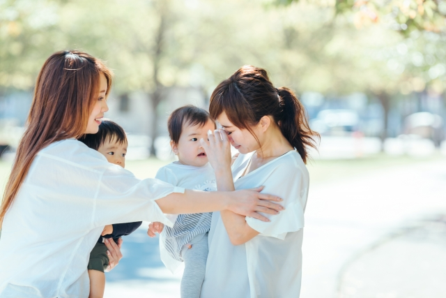 泣いているママ友を慰めるママ