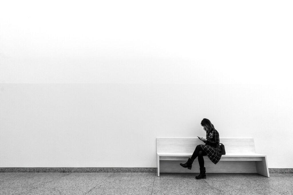 一人でベンチに座っている女性