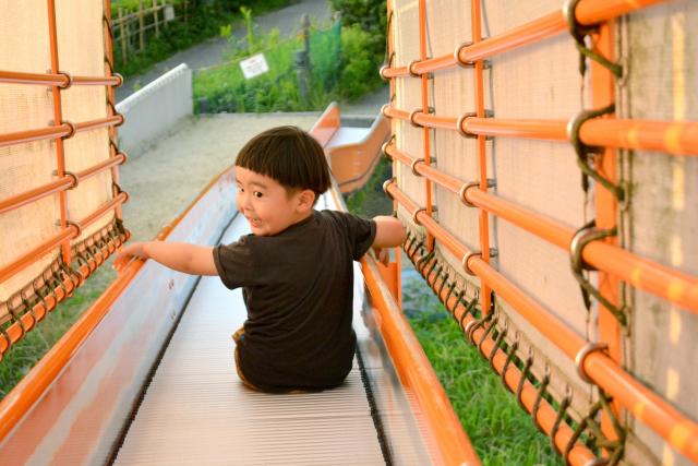 滑り台を滑る子供