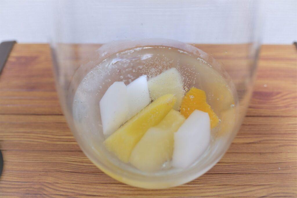 フルーツ缶詰をコップに入れた状態