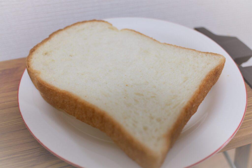 食パンをお皿に乗せた状態
