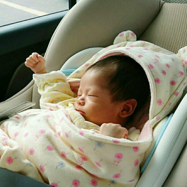車に乗って寝ている新生児