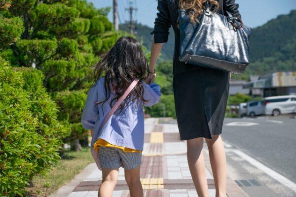 手をつなぐワーキングママと保育園児