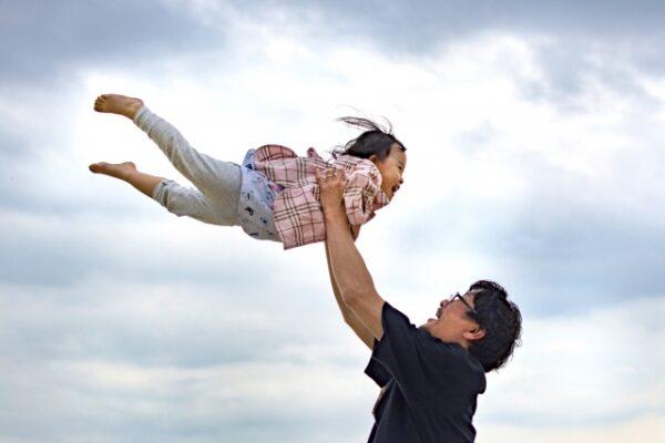 パパが女の子を高い高いしている様子