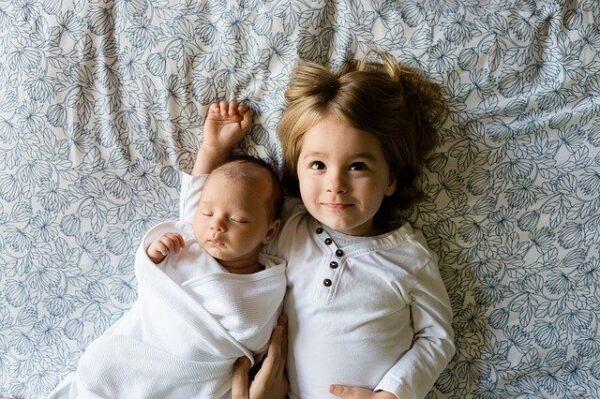 新生児とそのお姉ちゃん